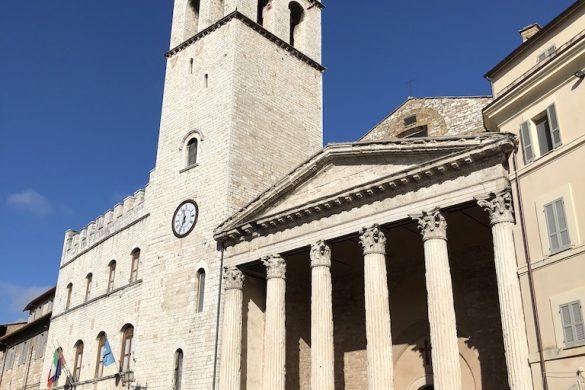 Assisi - Esterno del Tempio di Minerva