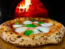 Pizza Magherita a Napoli con forno a legna